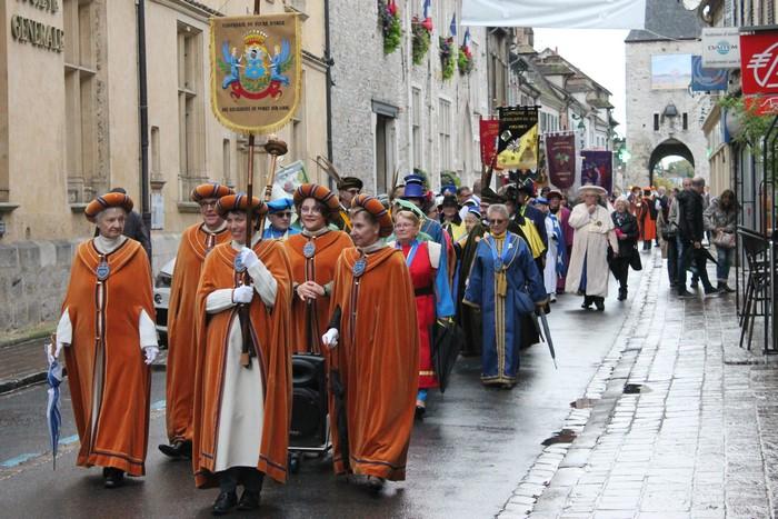 La Confrérie du Sucre d'Orge des Religieuses de Moret-sur-Loing en tête de cortège.