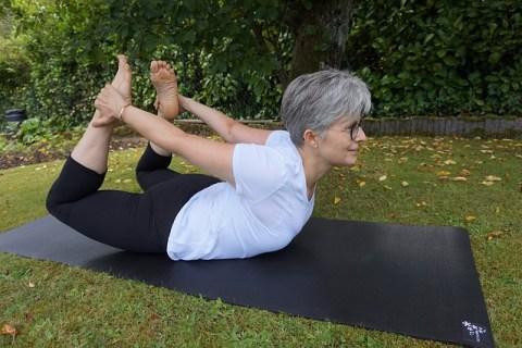 Femme en posture de Yoga