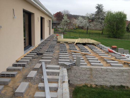 Terrasse composite sur parpaing - Poser une terrasse en composite ...