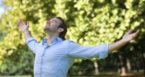 Homme qui respire les bras ouverts dans la nature