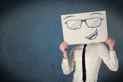 Homme tenant une affiche de smiley devant son visage_conseil en image_relooking