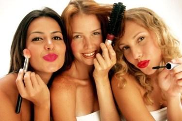 trois filles groupées avec des accessoires de beauté dans les mains