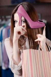 femme qui montre un escarpin rose devant son visage