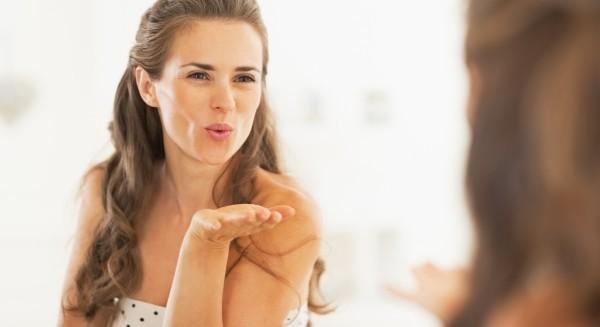 femme qui s'envoie une bise dans un miroir