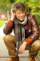 homme accroupi avec blouson de cuir couleurs automne