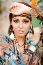 femme style ethnique couleurs vives