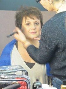 Nadine se fait maquiller pour la séance photo relooking couleurs