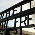 """Na entrada do campo, havia um portão com a frase """"O Trabalho Liberta"""", sugerindo que aquele local era voltado para reabilitação daquelas pessoas através do trabalho."""