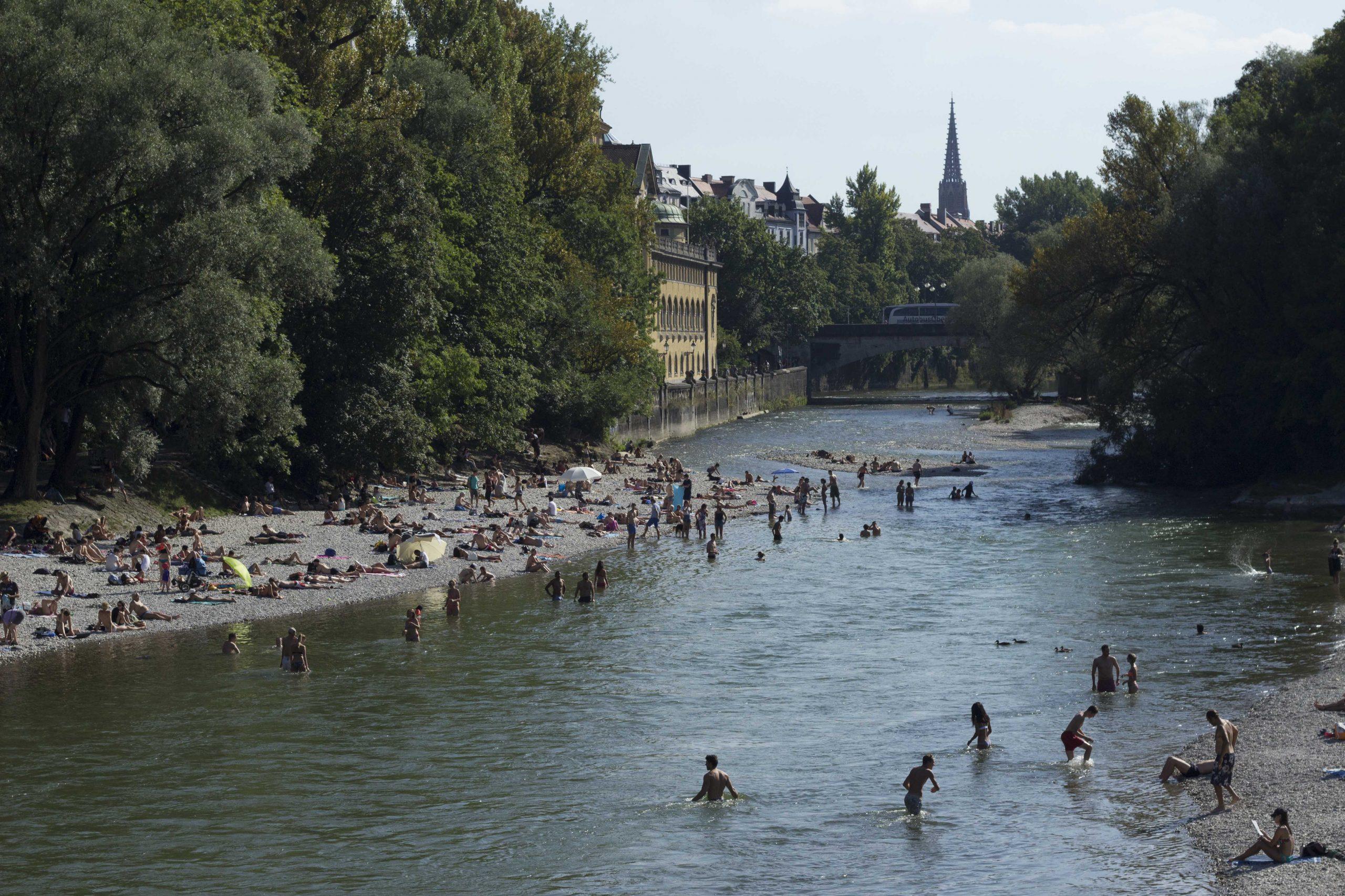 Aliviando o calor do verão em Munique no rio Isar, que banha a cidade