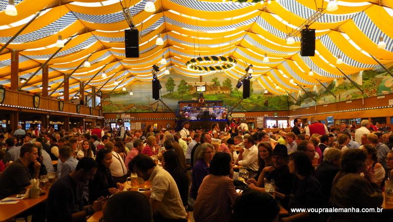 O clima sempre animado da Oktoberfest de Munique!
