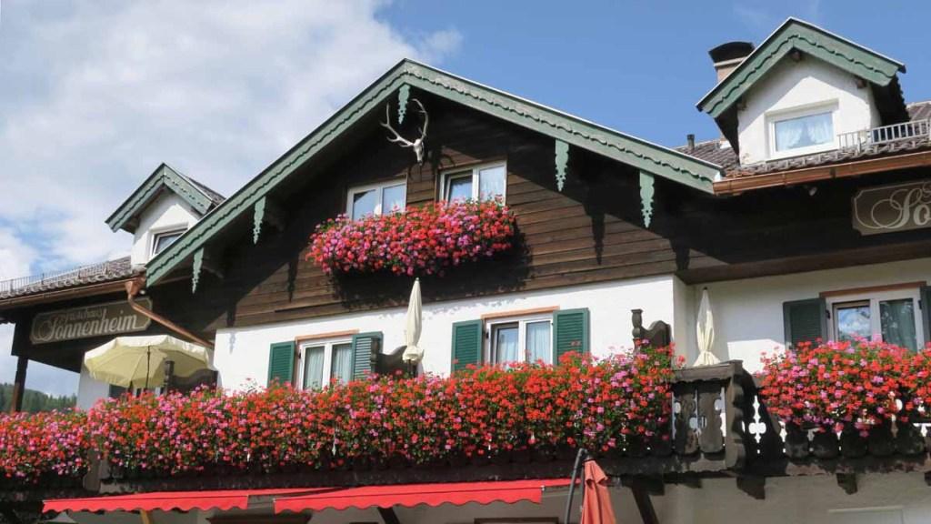 Flores na fachada das casas em Mittenwald