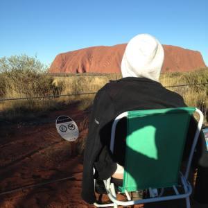 Mamie Clem attendant le coucher de soleil sur Uluru