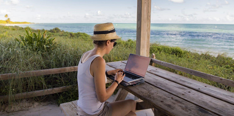 Clem travaille en voyageant - bord de plage dans les keys en Floride. Digital nomad