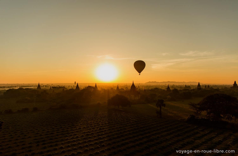 Survol de Bagan au début de notre tour du monde au Myanmar (Birmanie)