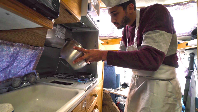 Flo de Ma vie en van adore cuisiner - il donne d'ailleurs des recettes sur sa chaîne YouTube.