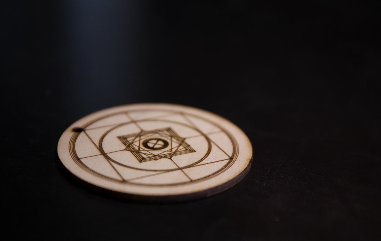 Logo Voyage en roue libre gravé sur bois à la Condition Publique.