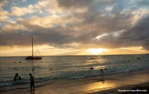 Le coucher de soleil sur la plage de Waikiki