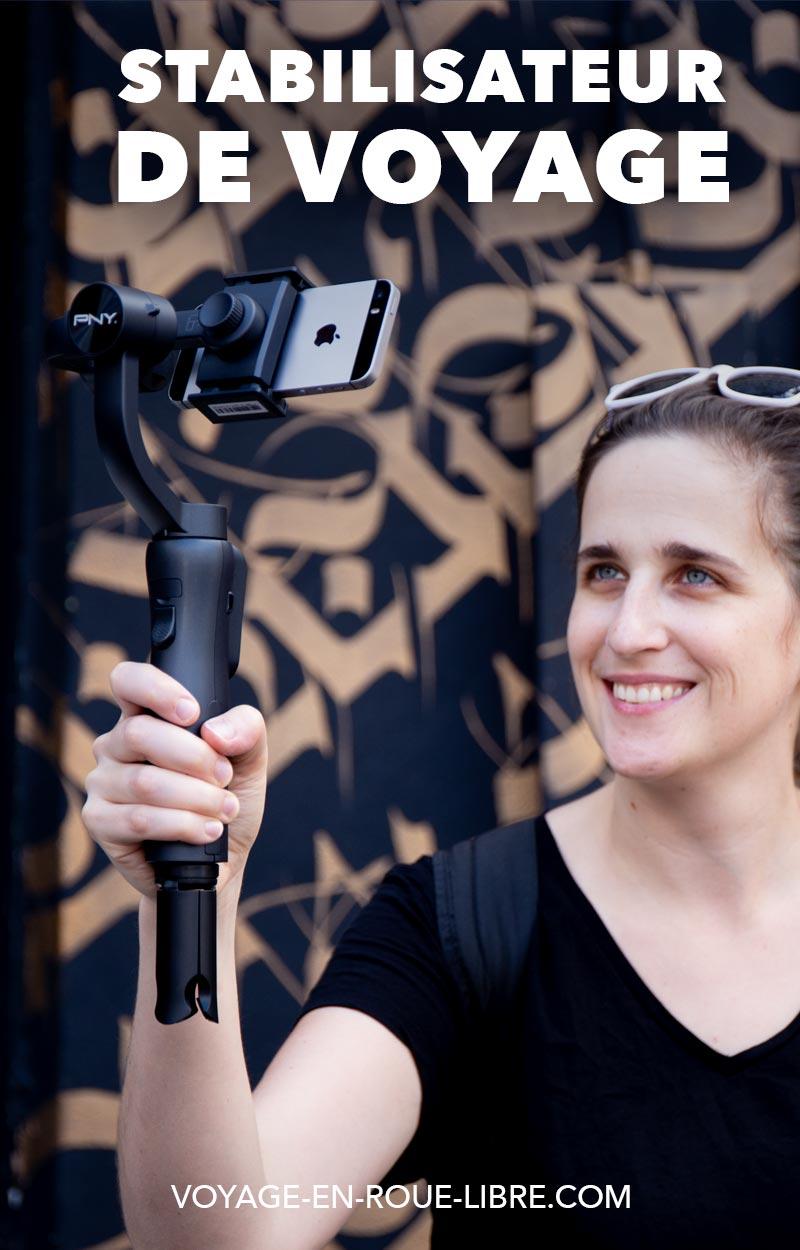Comment améliorer la qualité de tes vidéos réalisées avec ton téléphone ?    Récemment, nous avons écrit un article qui présentait notre matériel photo. On voulait donc revenir sur un de ces éléments, que l'on utilise de plus en plus souvent: notre stabilisateur pour smartphone Mobee de la marque PNY.  Mais est-ce que c'est vraiment fiable? N'est-ce pas un gadget de plus qui prend de la place dans le sac à dos ?  Si tu es vidéaste ou encore que tu produis du contenu vidéo régulièrement en voyage ; tu as sans doute expérimenté ce problème : entre les trépieds, les caméras et les stabilisateurs, ton sac devient vite très lourd et encombrant...