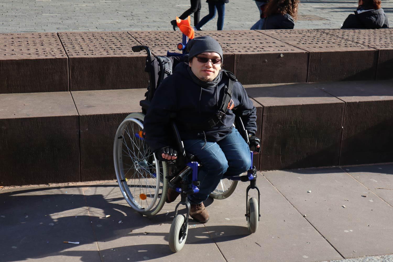 Kevin a démissionné pour pouvoir rejoindre une troupe de théâtre nomade. Il se déplace en chaise roulante.