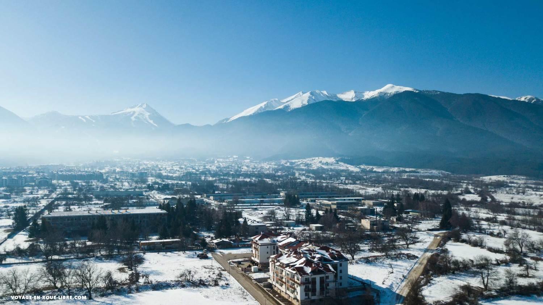 Vue sur Bansko enneigée, un véritable hub de digital nomad