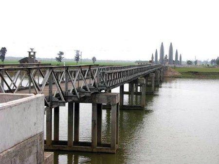 Pont Hien Luong sur la rivière Bên Hai - Vietnam