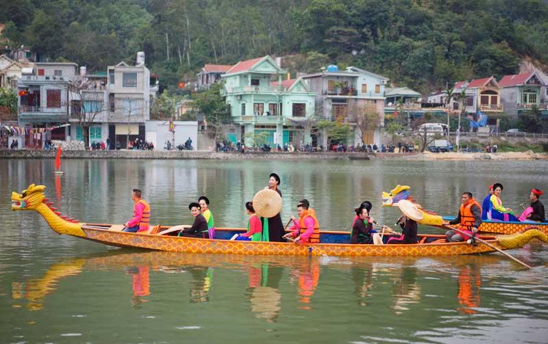 Course de pirogues lors de la fête du Temple Cua Ông - Vietnam