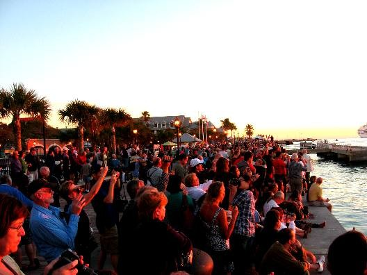 Mallory Square lieu de rassemblement légèrement bondé de monde à l heure du coucher de soleil !