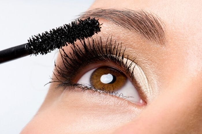 maquillage mascara lash paradise L'Oréal Paris qui tient avec le masque