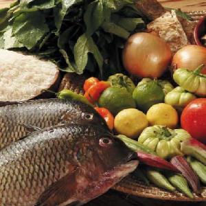 La cuisine africaine comporte des mets inattendus comme le serpent, le singe ou l' hippopotame, mais la plupart de ces animaux sont protégés. Le mouton, le bouf et la chèvre sont les viandes les plus consommées. Les Africains mangent beaucoup de volaille, du poulet cuit avec du gingembre, de la noix de coco ou des arachides, ou encore farci et servi avec du riz et des bananes vertes. Ces plats sont accompagnés de mil, de sorgho, de maïs, de riz, d'ignames, de manioc, de bananes plantains ou de patates douces.