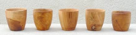 Les coupes et les gobelets de la table médiévale - De toutes tailles et de toutes matières, elles servent à la consommation des boissons.