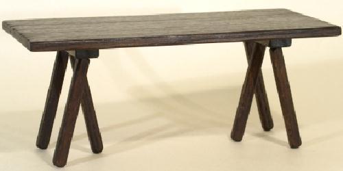 La table est un meuble mobile, une planche de bois montée sur tréteaux, que l'on dresse lorsqu'on en a besoin pour la retirer ensuite. On peut donc aisément la transporter d'une pièce à l'autre, selon le goût du maître de maison