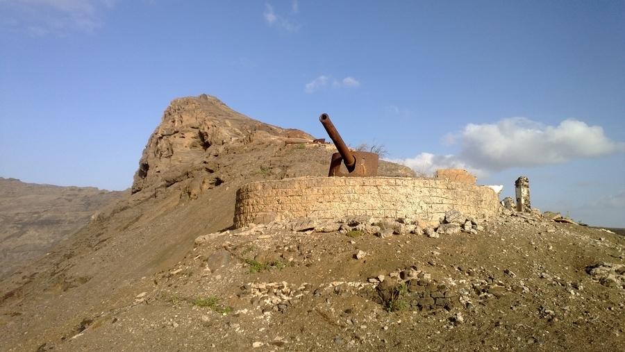 Artillerie portugais sur les hauteurs de Mindelo - São Vicente, Cap-Vert