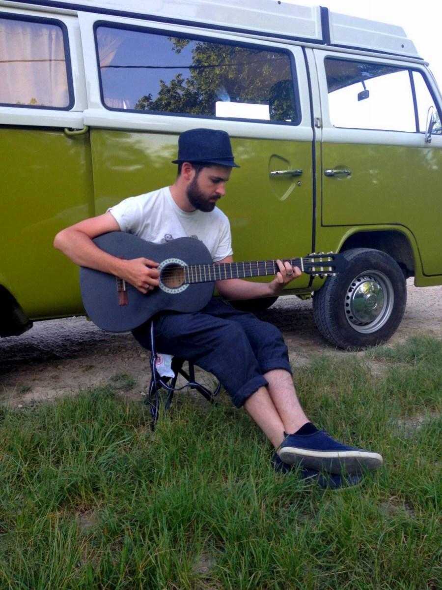 Séb jouant de la guitare - Saint-Bauzille-de-Putois, France