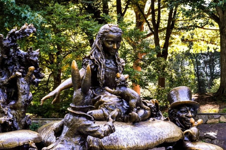 Statue de bronze d'Alice aux Pays des Merveilles à Central Park - New York, Etats-Unis
