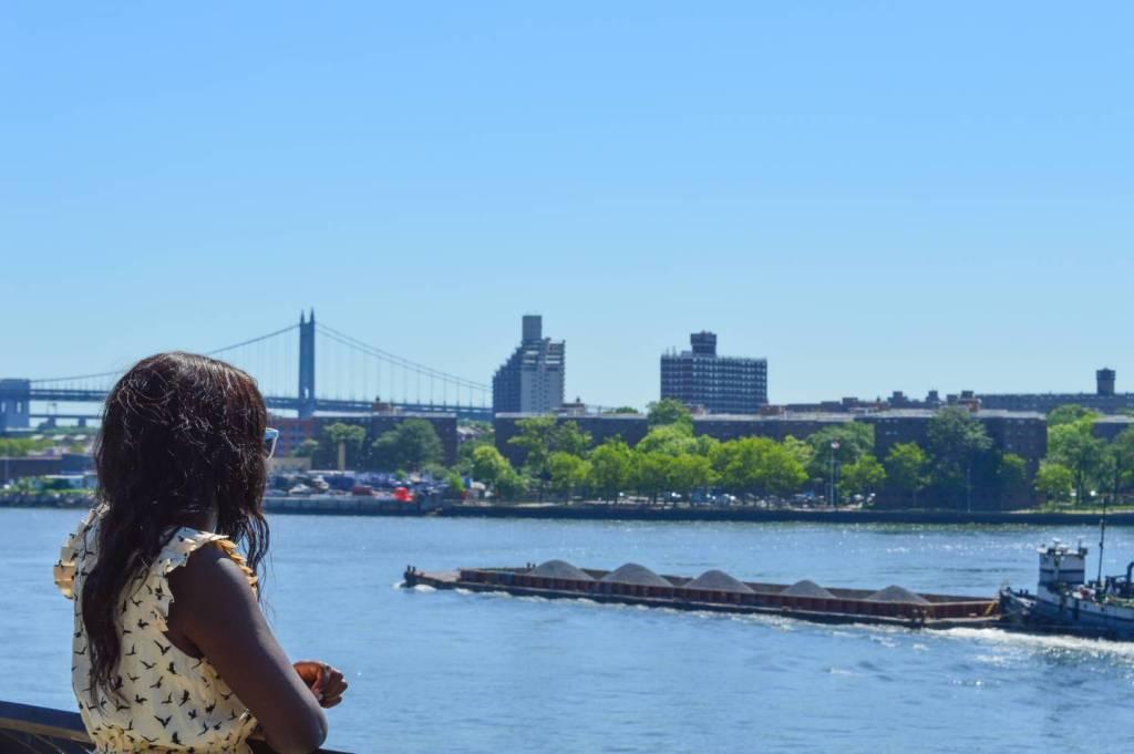 Nath regardant l'East River depuis le Carl Schultz Park - New York, Etats-Unis
