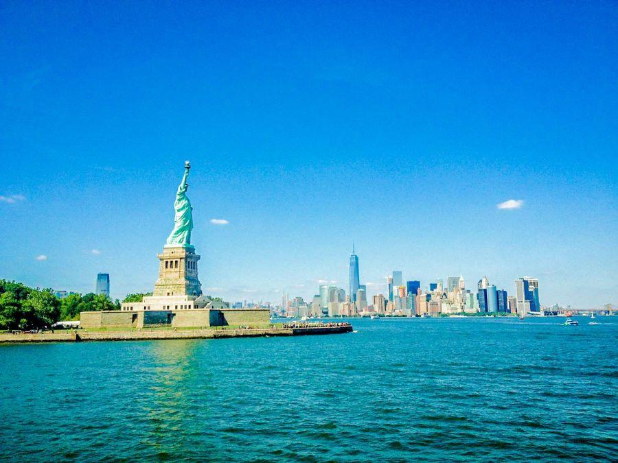 Statue de la liberté avec vue sur la skyline - New York, Etats-Unis