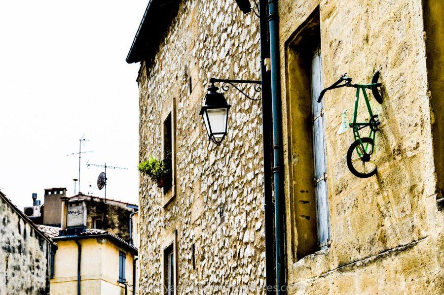 Vélo encastré dans un mur dans l'Ecusson - Montpellier, France