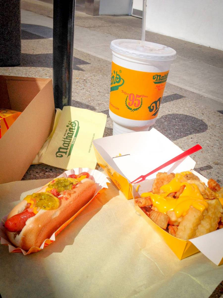 Nos hot dogs de chez Nathan's Famous à Coney Island - New York, Etats-Unis