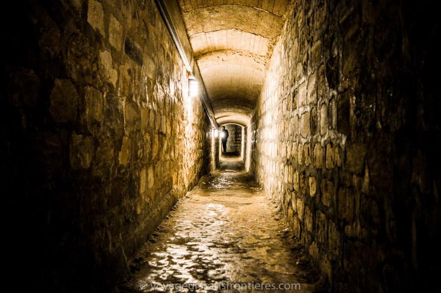Un couloir inquiétant aux Catacombes de Paris - Paris, France