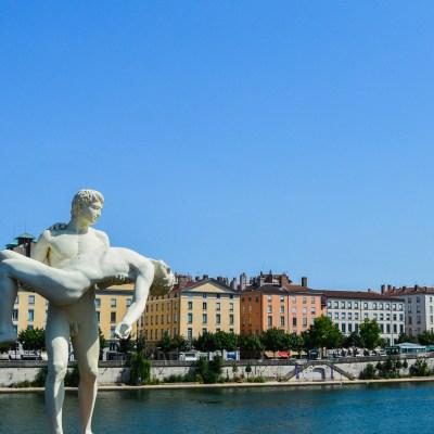 Une statue d'inspiration grecque sur la passerelle du Palais de Justice - Lyon, France