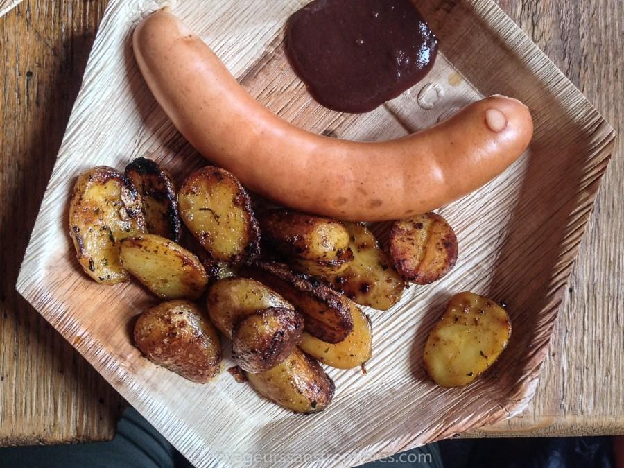 """Saucisse """"Schüblig"""" de l'Emmental avec moutarde de Saanen et pommes de terres rissolées au Refuge de l'Espace - Glacier 3000, Suisse"""