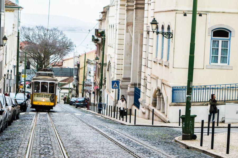 Le tram 28 dans les rues de Lisbonne - Portugal