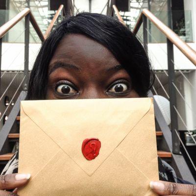 Nath avec l'enveloppe mystère d'Emoovio - Lisbonne, Portugal