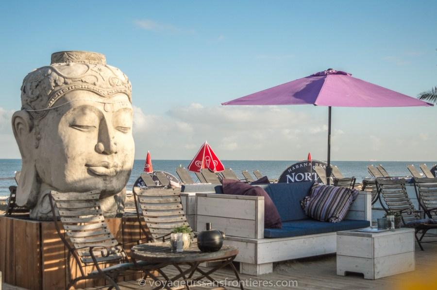 Terrasse du Habana Beach sur la plage de Kikjduin - La Haye, Pays-Bas