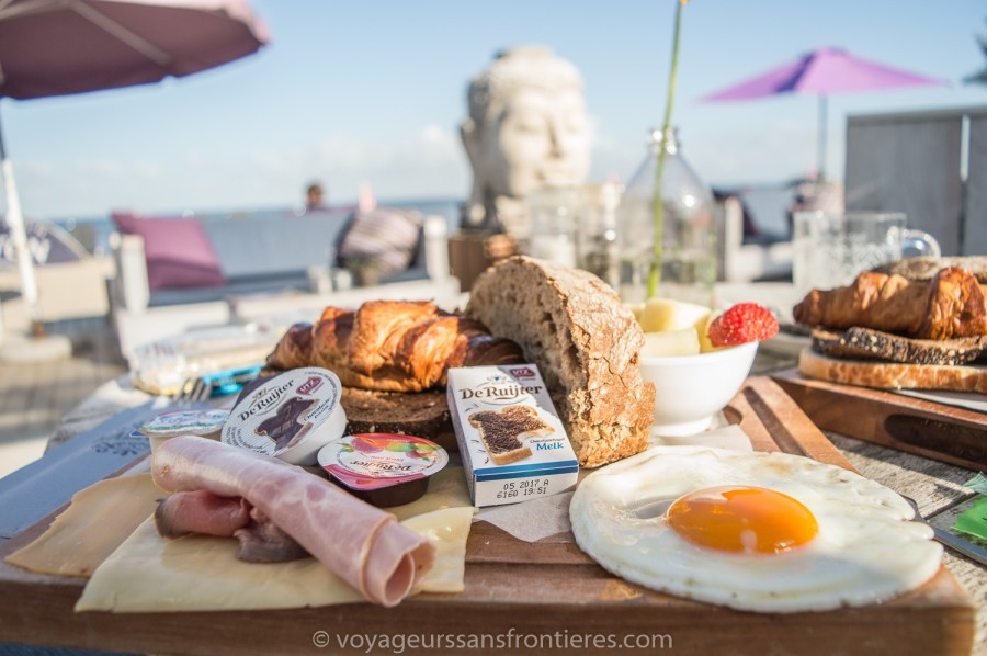 Délicieux petits déjeuners au Habana Beach sur la plage de Kikjduin - La Haye, Pays-Bas