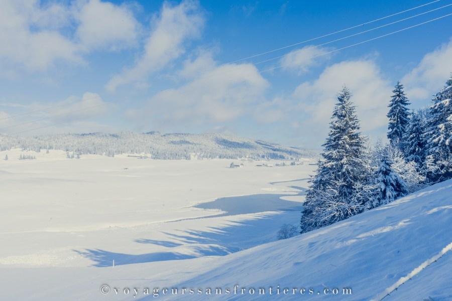 Vue sur le lac de Taillères dans la vallée de la Brévine - Jura Trois Lacs, Suisse