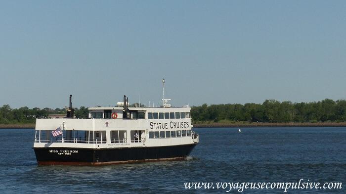 Vue sur l'un des bateaux de la compagnie Statue Cruises qui conduit à la statue de la liberté