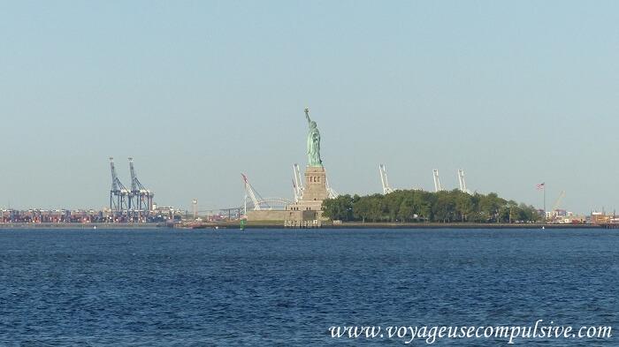Vue sur Liberty Island et la statue de la liberté depuis Battery Park