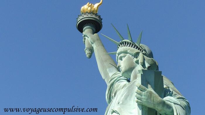 Zoom sur le visage et la flamme de la statue de la liberté