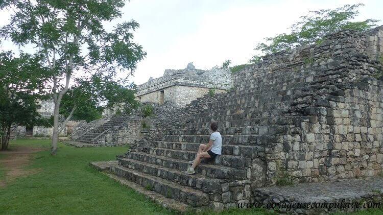 Assise sur les marches de l'une des pyramides du site archéologique d'Ek Balam.